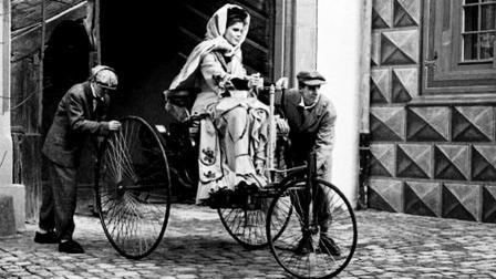 淘气 世界上第一次开车的女人竟是她?-驭动汽车