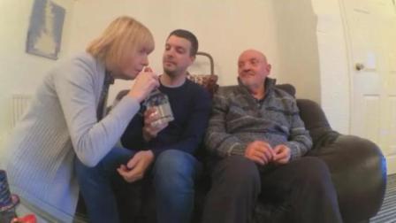 老外第一次让父母喝中国白酒, 老妈一下子就喝上瘾了, 再来一杯!