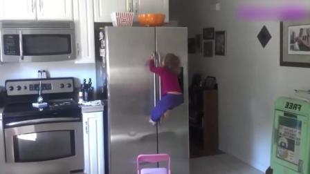 爸爸把零食放到冰箱上, 接下来宝宝的举动让人瞠目结舌