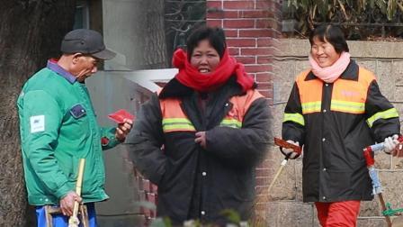 小伙街头悄悄给清洁工发红包 他们笑起来像个孩子