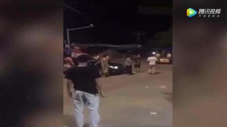 男子举起石头砸车, 女司机一紧张, 猛踩油门撞了过去!