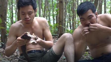原生态! 野外抓到一条蜥蜴, 话不多说烤起来就吃!