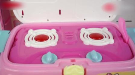 小猪佩奇用凯蒂猫玩具厨房汽车来做饭!