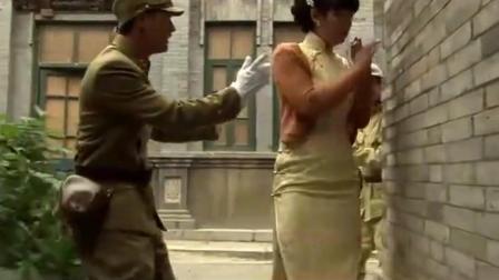 日本鬼子调戏妇女, 后被伪军看到, 接下来他的行为让人称赞