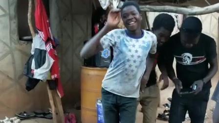 非洲贫民窟小伙子跳舞, 被小伙伴强行中断