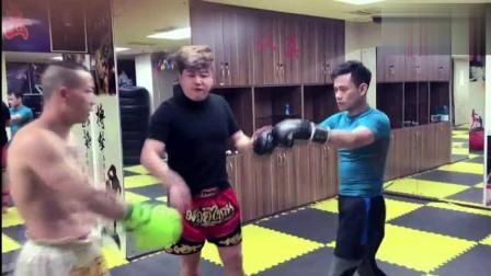 自称泰拳手到宁波某拳馆挑战,馆主说让他学会做人