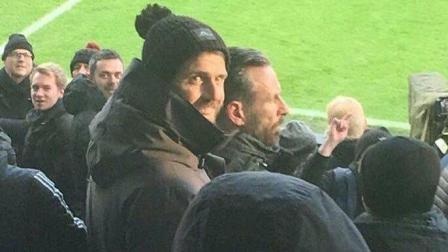 这就是英超! 曼联中场卡里克在球迷区为红魔助威!