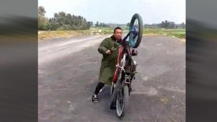 这哥们骑摩托车这样碰瓷, 你是不是有想打死他的念头