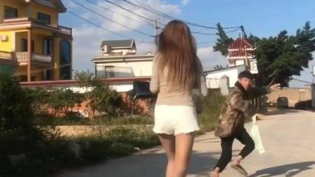 外国美女被撞了一下, 小内内都丢了还不知道