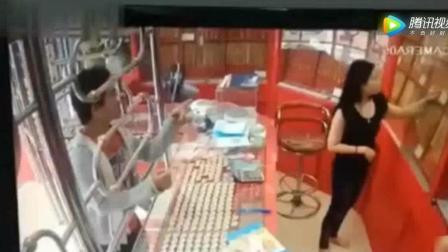 法治报道, 国外男子打劫金店, 万万没想到遇见中国老板娘, 监控全程拍下
