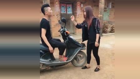 碰瓷一个摩托车要价500, 这职业真好躺下就可以赚钱