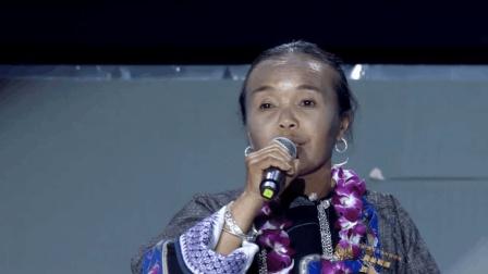 乡村教师麻玉兰在颁奖现场唱起山歌: 感谢马云公益基金会, 感谢爱心人士。
