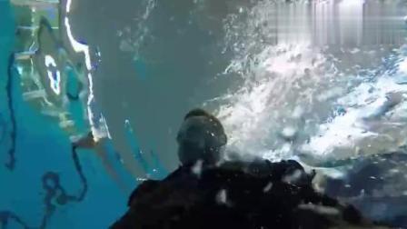 美国海豹突击队的日常健身训练: 水下负重俯卧撑! 这耐力也是强悍