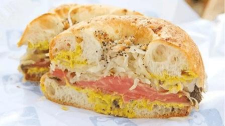 看看曼哈顿面包老店Kossar的面包师如何做他们的招牌面包bialy!