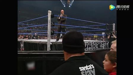 WWE高柏作为观众 布洛克经纪人骂他 上台暴打被警察带走!