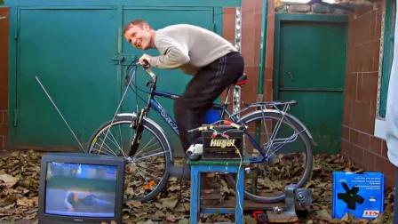小伙自己做了一个发电设备,用自行车驱动,看个电视没问题