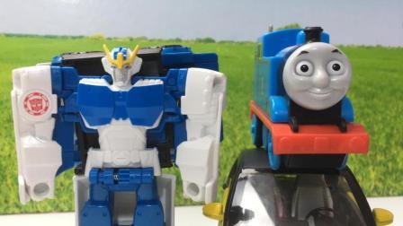 托马斯小火车和培西的变形金刚玩具一起变形