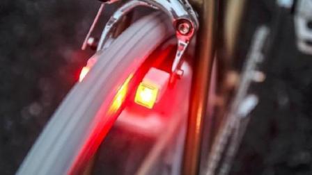 世界最小自行车灯, 利用涡流感应发电, 还有转向指示功能