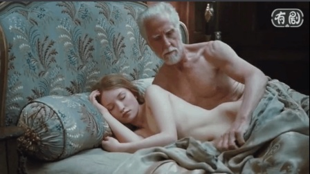 年轻美女喝下神秘药水后陪老男人睡了一晚