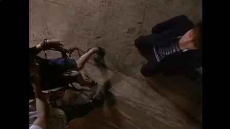 汪大东跪地上挨鞭打, 美女老师看着都心疼了, 都是我害你的