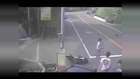 监控: 摩托车男子弯道肆无忌惮的超车, 3秒后终究无法幸存