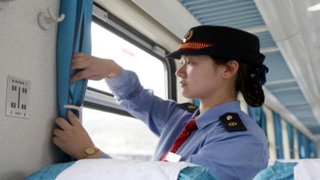 为什么晚上火车过某些站时, 乘务员一定要把窗帘拉上?