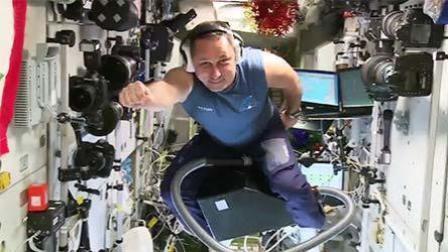 俄宇航员太空里骑吸尘器飞行