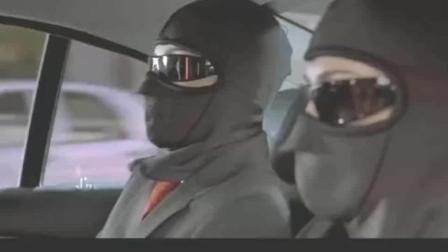警察拦下出租车追击抢劫犯, 没料到出租车变身赛车一路狂飙!