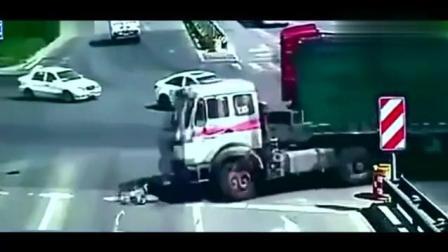 红色货车都认怂避让了, 电动车女司机还往前冲, 下一秒是血的教训