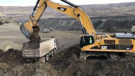 卡特挖掘机一分多钟装满自卸卡车, 大型机效率真高