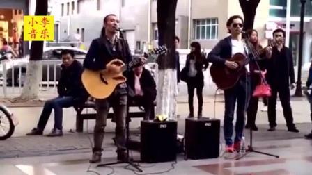 2个80后小伙在北京街头卖唱, 月收入5000, 一首许巍的神曲太好听了