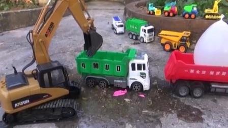 挖掘机挖路装到绿色卡车 挖土机工作的视频 挖土机 吊车 钩机206