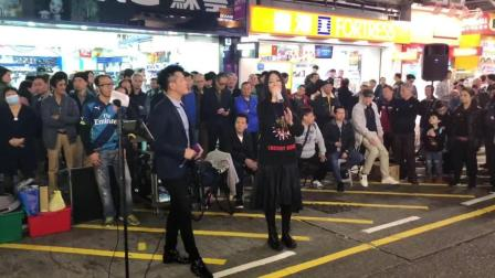街头男女对唱经典老歌《相思风雨中》深情演绎堪比原唱, 太好听了