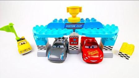 益智玩具! 积木搭建迪士尼汽车闪电麦昆的活塞杯赛场
