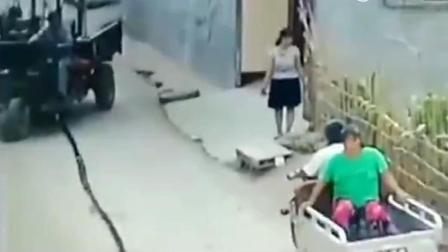 两个中年女子正站在门口聊天, 监控记录下不愿看到的一幕