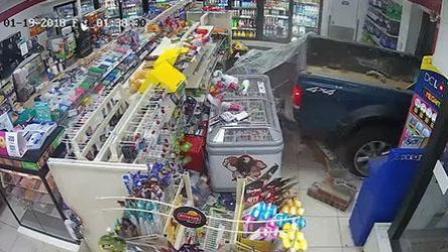 疯狂! 蒙面窃贼开车撞破商店大门 盗走自动取款机