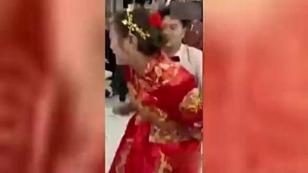恶俗婚礼, 新郎当众对新娘做不雅动作!