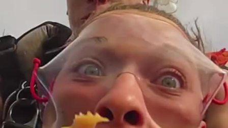 女孩跳伞初体验 假牙飞出嘴巴砸中教练