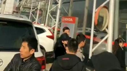东风本田CRV数十位车主堵门, 要求更换机油, 4S店无人出面解决问题