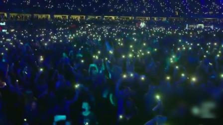 看看Alan Walker的电音专场, 12万人同时打开手机灯是什么样的景观