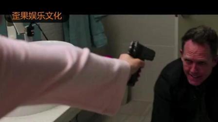 女子洗澡出来, 发现朋友们被两个大汉被绑架