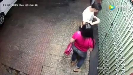 监控实拍一对情侣下班回家, 刚开门就被接下来的这一幕吓到了!