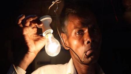印度奇葩男子靠吃电为生, 一天一次像机器人一样!