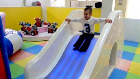 小正太游乐场玩滑梯转盘, 还有好玩的水床