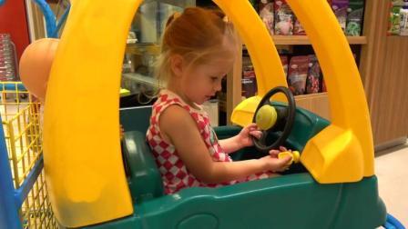 姐姐带娃娃去买东西, 小娃娃自己偷偷跑了!