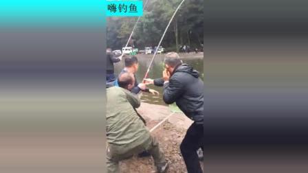 四个人一起拉着鱼竿往上拽, 这到底钓的是啥鱼, 真有劲