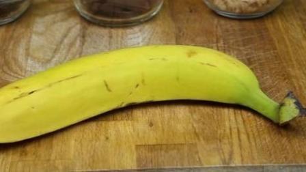 一根香蕉切成毫米薄片, 铺开后卷起来, 餐桌上开出了好看的向日葵