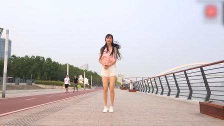 妹子江边学跳鬼步舞 简单又好看