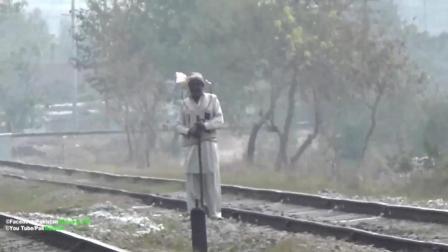印度人拦火车跟拦的士一样, 厉害不?