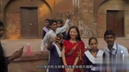 中国妹子去印度旅游, 没想到印度人都抢着跟她合照